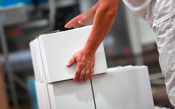 упаковщик на производстве